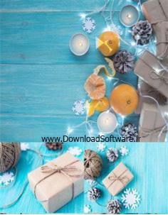 تصاویر استوک جعبه هدیه کرافت، حلقه گل، شمع، دانه های برف، دکوراسیون کریسمس